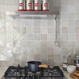 Beige zelliges als spatwand in de keuken.