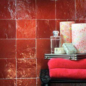 Rode zelliges in de badkamer.