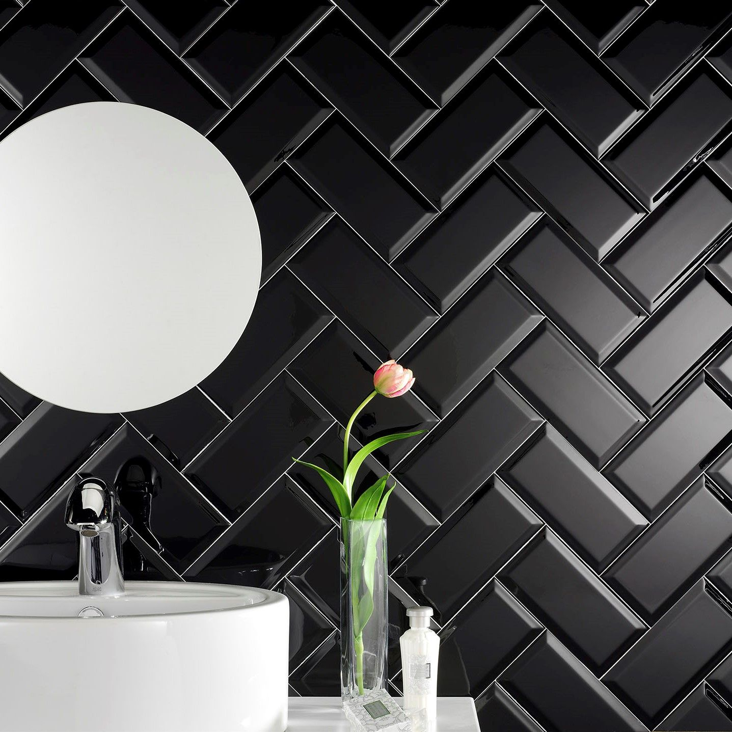 Metrotegels in zwart mat formaat 10x20cm. Hier in visgraat geplaatst.